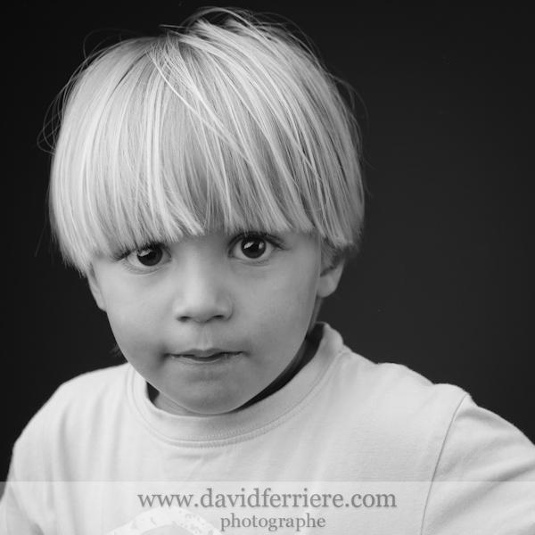 rennes photographe portrait enfant noir et blanc fond noir