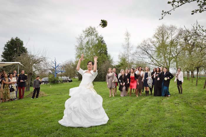 mariage lancer du bouquet de la mariée