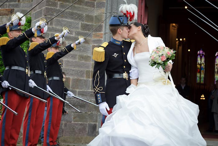 mariage baiser sortie église