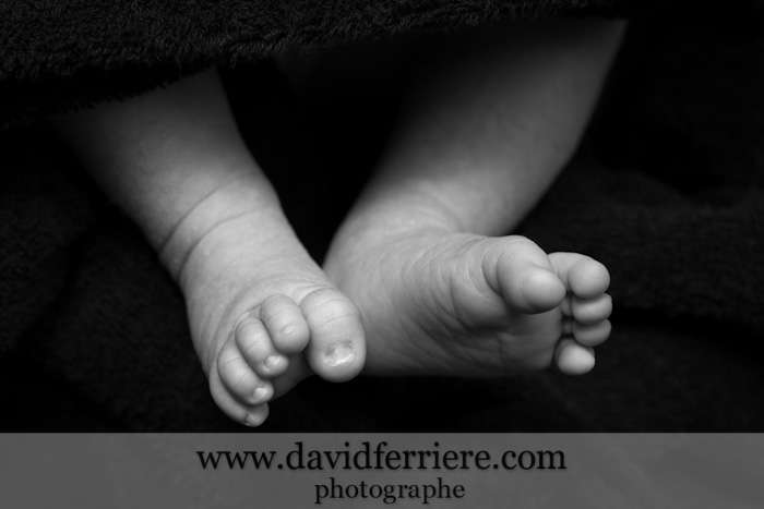 photo petits pieds de bébé petons gros plan noir et blanc portrait naissance nouveau né